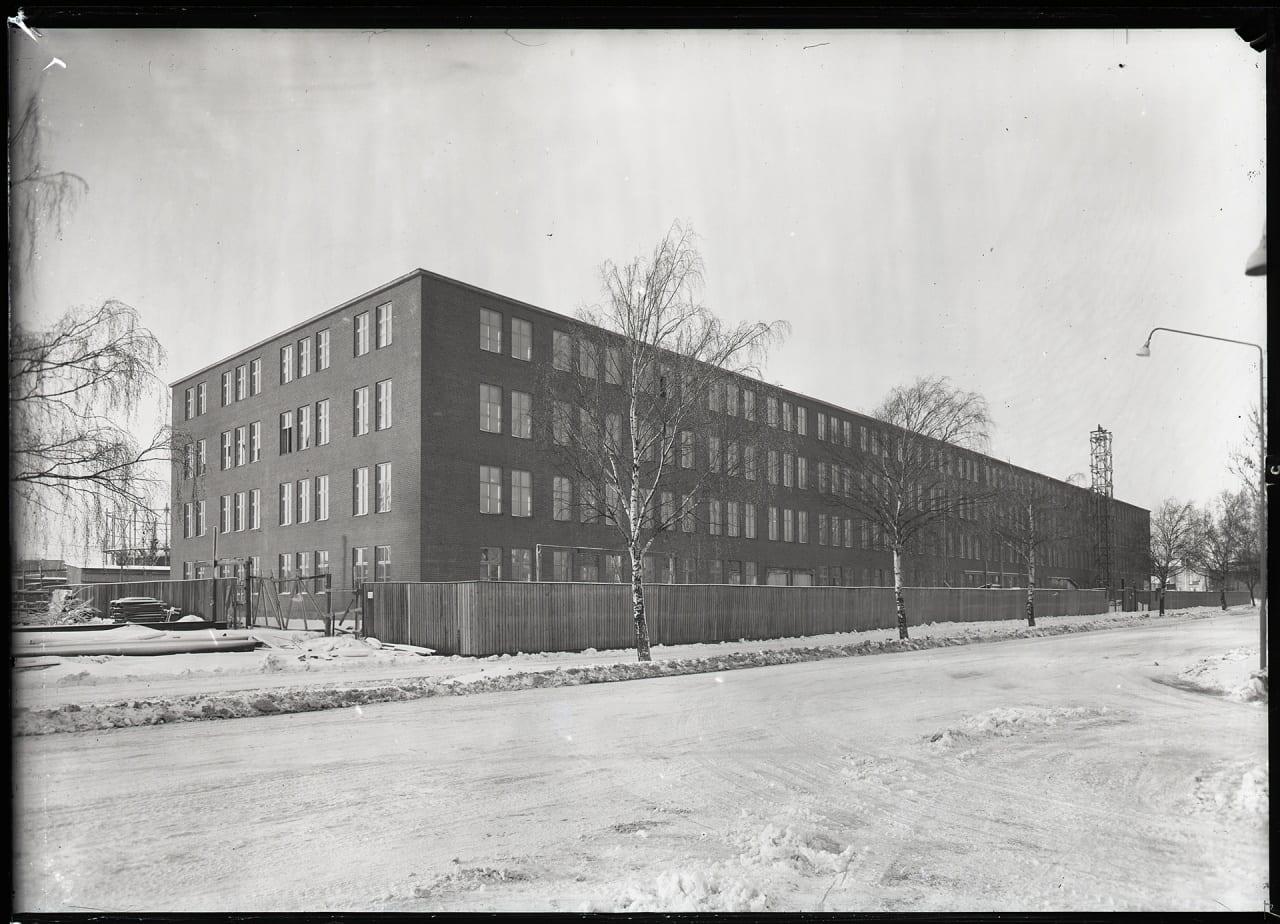 """Aseas nya verkstad """"Viksängshuset"""" vid Björnövägen i Västerås år 1956. Sett snett från östsidan."""